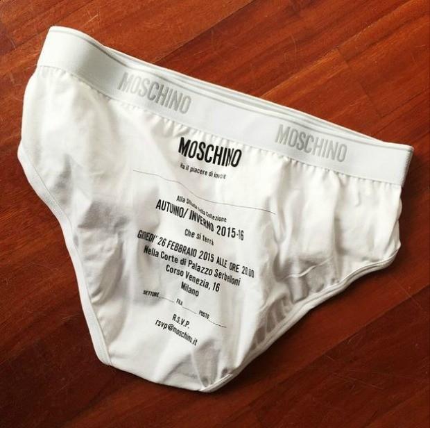 Detalhe do convite inusitado para exibir a coleo de Outono/Inverno da marca (Foto: Reproduo/ Instagram)