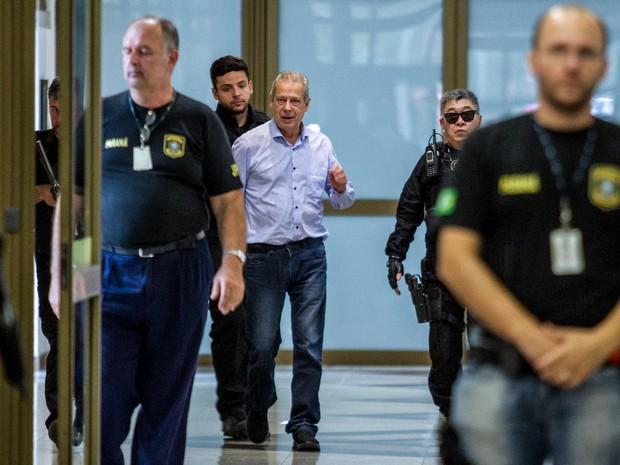 29/01/2016 - O ex-ministro José Dirceu chega à sede da Justiça Federal em Curitiba (PR),  na tarde desta sexta-feira (29) (Foto: Paulo Lisboa/Brazil Photo Press/Estadão Conteúdo)