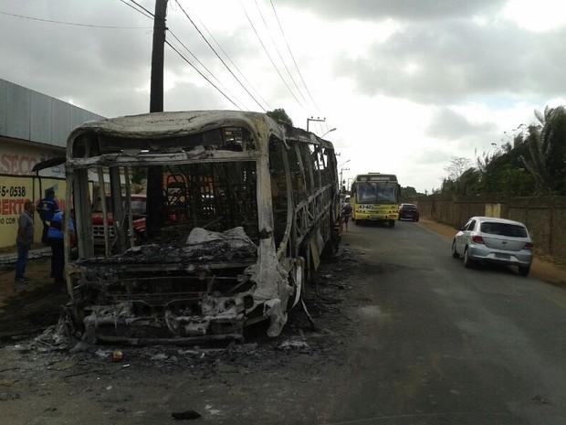 Homens atearam fogo em sete ônibus de sete diferentes bairros da capital maranhense (Foto: Douglas Júnior/O Estado)