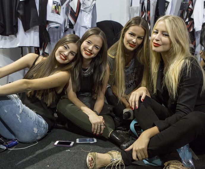 Camila Queiroz, Agatha Moreira, Yasmin Brunet e Rhaisa Batista se divertem nos bastidores  (Foto: Felipe Monteiro/ Gshow)
