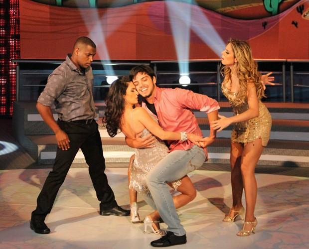 Rodrigo Simas e Claudia Ohana dançam com seus professores (Foto: Domingão do Fautão/TV Globo)