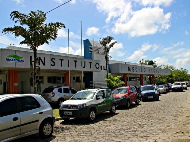 Corpo foi removido pelo Instituto Médico Legal (IML) (Foto: Suelen Gonçalves/G1 AM)