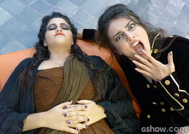 Yasmin e Ana Ju brincam nos bastidores (Foto: TV Globo / Malhação)