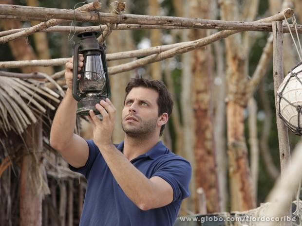 Cassiano reconstrói cabana (Foto: Flor do Caribe / TV Globo)