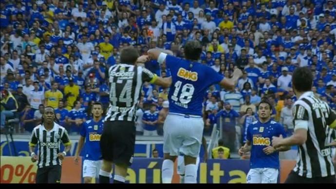 Marcelo Moreno e Bruno Uvini no lance polêmico (Foto: Reprodução/Sportv)