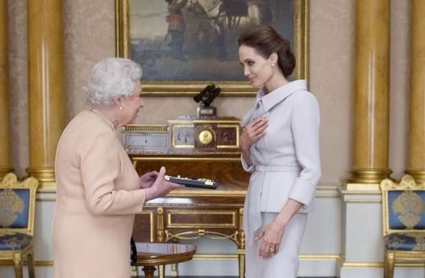 Angelina Jolie e a Rainha Elizabeth (Foto: Reprodução/ Instagram)