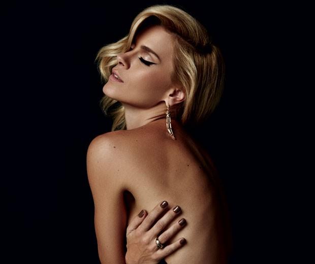 """""""Gosto de tirar fotos sensuais para o meu marido"""", diz Carolina Dieckmann (Foto: Fabio Bartelt)"""