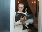 Com a cabeça raspada, Cássia Kis Magro vai a lançamento de livro