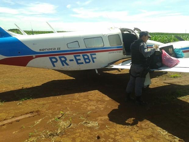 Dentro da aeronave, PM encontrou lonas que seriam usadas para embalar drogas (Foto: Polícia Militar/Divulgação)