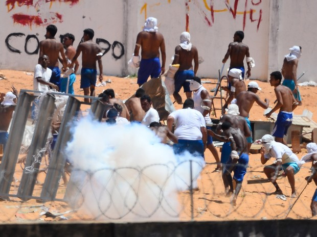19/01 - Presos são vistos durante um confronto de facções na penitenciária de Alcaçuz, perto de Natal, no Rio Grande do Norte (Foto: Andressa Anholete/AFP)