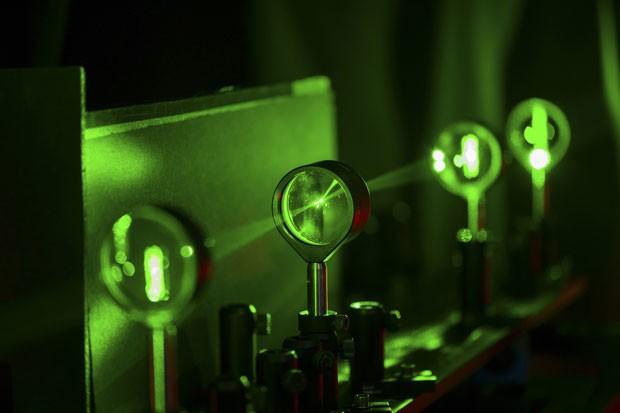 O dispositivo de camuflagem utiliza quatro lentes e foi desenvolvido na Universidade de Rochester, nos Estados Unidos (Foto: J. Adam Fenster/University of Rochester/Reuters)