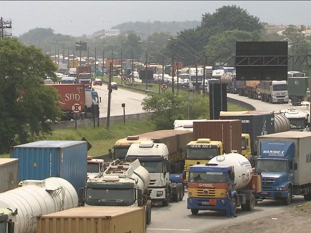 Protesto bloqueia o Porto de Santos (Gnews) (Foto: Reprodução GloboNews)