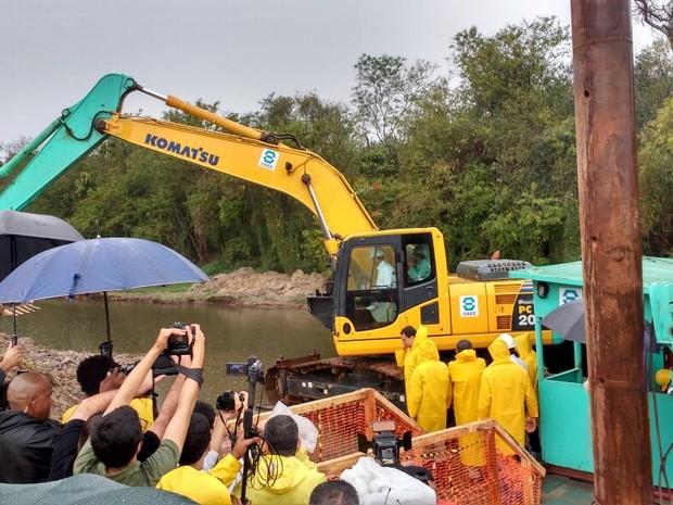 Bota espera é montado na Ponte Grande, em Mogi, para trabalho de desassoreamento do Rio Tietê (Foto: Maiara Barbosa/G1)