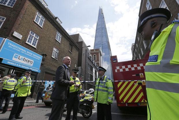 Policiais bloqueiam acesso ao The Shard após incêndio no local nesta quinta-feira (5) (Foto: Olivia Harris/Reuters)