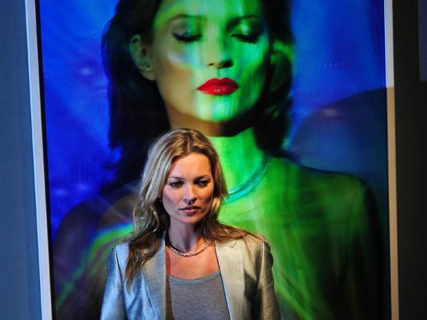 Kate Moss em frente a 'She's light (laser 3)', de Chris Levine (Foto: AFP Photo/Carl Court)