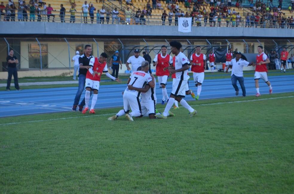 Jogadores do Peixe comemoram gol de empate da partida (Foto: Rafael Moreira/GE-AP)