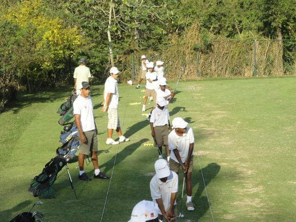 Estudante treina na Escola de Golfe, projeto que beneficia a comunidade de Japeri (Foto: Divulgação/AGPJ)