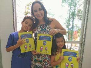 Julianna ao lado dos filhos (Foto: Arquivo Pessoal/Julianna Rodrigues)