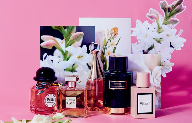 Da esquerda para a direita: Twilly d'Hermès (R$ 699, 85 ml), da Hermès; Gabrielle, da Chanel (R$ 820, 100 ml); J'Adore Injoy, da Dior (R$ 499, 100 ml); Herrera Tuberose, da Carolina Herrera (R$ 659, 100 ml) e Gucci Bloom (R$ 659, 100 ml), da Gucci (Foto: Thiago Justo)