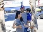 Mila Kunis, grávida, exibe barriguinha ao lado de Ashton Kutcher e da filha
