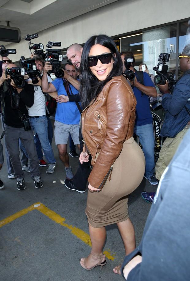 X17 - Grávida, Kim Kardashian em aeroporto de Los Angeles, nos Estados Unidos (Foto: X17online/ Agência)