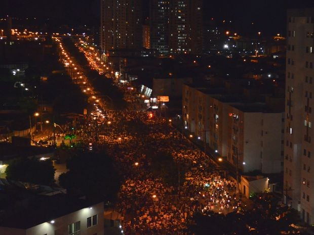 Manifestantes seguem passeata pela Avenida Adélia Franco em Aracaju (Foto: Flávio Antunes/G1)