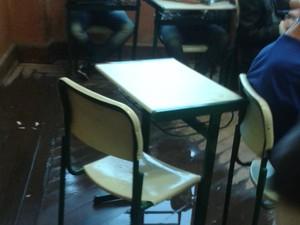 Goteira dentro de escola atrapalhou aula dos estudantes (Foto: TEM Você)