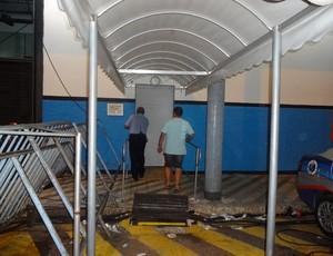 Funcionário fecha porta de acesso ao elevador que leva à tribuna de honra do Olímpico (Foto: Hector Werlang/Globoesporte.com)
