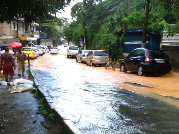 Moradores denunciam alagamento da Ladeira da Fonte, em Salvador (Foto: Alexandra Fonseca/Arquivo Pessoal)