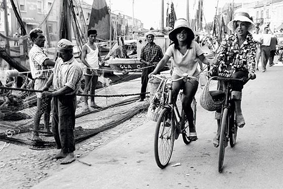 Mulheres de bicicleta na Itália na década de 60 (Foto: Erich Lessing/Album)