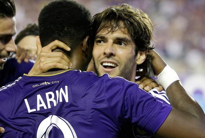 Kaká comemora gol do Orlando City com Larin (Foto: AP Photo/John Raoux)