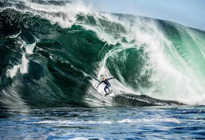 "Mick Fanning surfa ""monstro"" na ilha da Tasmânia, Austrália (Foto: Red Bull/ Adam Gibson)"