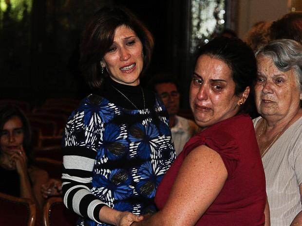 Beth Goulart recebe o apoio de amigos no velório de Paulo Goulart em São Paulo (Foto: Amauri Nehn e Marcos Ribas/ Foto Rio News)