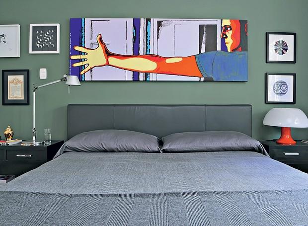 Em seu quarto, o arquiteto Mario Celso Bernardes escolheu uma tinta de cor verde exército para a parede atrás da cabeceira. A cama é estofada de couro em tom chumbo. Seu rosto ilustra a tela de Flavio Mayumi. À esquerda, diploma do caminho de Santiago de  (Foto: Marcelo Magnani/Casa e Jardim)