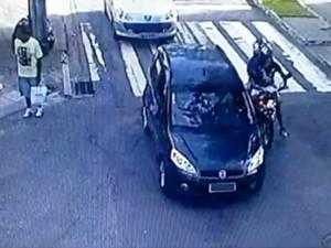 Câmeras de monitoramento flagraram dupla de moto (Foto: Reprodução RBS TV)