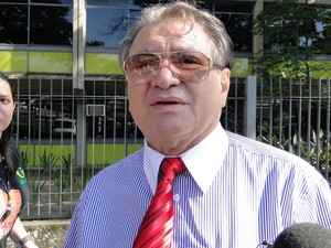 23.nov.2012 - José Arteiro Cavalcante, assistente de acusação, fala à imprensa na chegada no quinto dia do júri popular (Foto: Pedro Triginelli/G1)