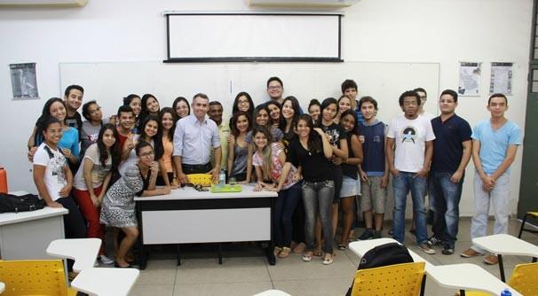 Bate-papo descontraído marcou o encontro entre repórter e estudantes (Foto: Cacos/UFPI)
