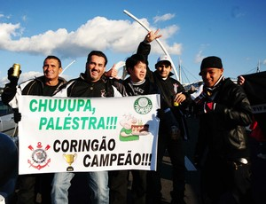 Corintianos provocam Palmeiras em Toyota (Foto: Marcos Ribolli/Globoesporte.com)