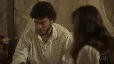 Cecília nota preocupação do marido e insiste em saber o motivo
