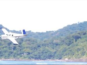 Avião faz a sobrevooa mar em Peruíbe (Foto: Reprodução/Fabio Donizetti)