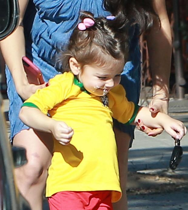 Wyatt, filha de Mila Kunis e Ashton Kutcher, usa camisa da seleção brasileira (Foto: Grosby Group)