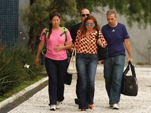 Renata Pereira Britto (blusa rosa) e Ricardo Honorio Neto (camiseta azul), presos na 22ª fase da Operação Lava Jato, deixam a sede da Polícia Federal em Curitiba, neste domingo (31) (Foto: Paulo Lisboa/Brazil Photo Press/Estadão Conteúdo)