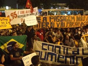 Niteroenses repetem palavra de ordem dos protestos espalhados pelo Brasil: promessa de parar a cidade se o valor da passagem não for reduzido (Foto: Luís Bulcão/G1)