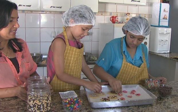 Crianças ensinam a fazer biscoitos amenteigados. (Foto: Acre TV)
