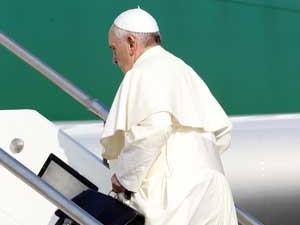 Papa Francisco embarcou carregando uma maleta. (Foto: Riccardo De Luca / AP Photo)