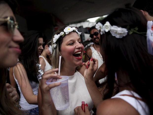 30/01 - Foliões se divertem no bloco 'Casa Comigo' no bairro de Pinheiros, em São Paulo (Foto: Nacho Doce/Reuters)