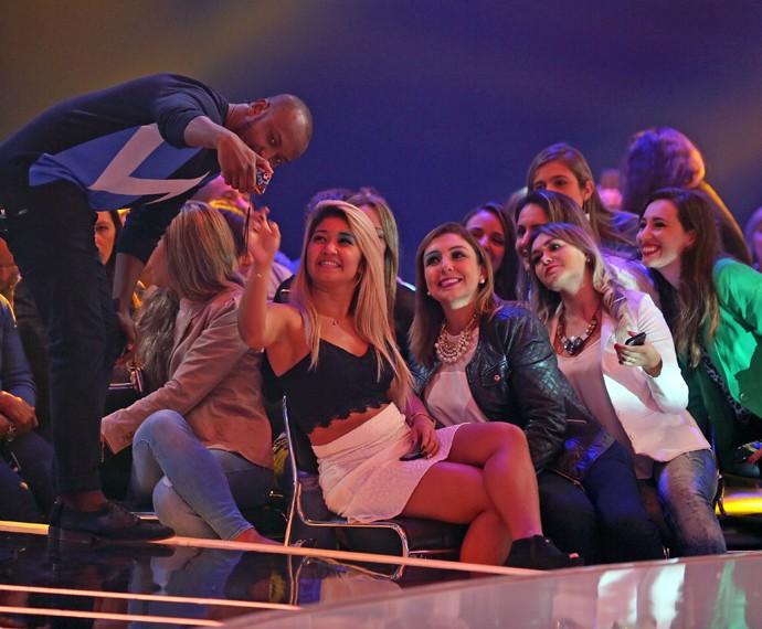 Selfie com fãs pode sim. E no palco do SuperStar é melhor ainda (Foto: Isabella Pinheiro/Gshow)