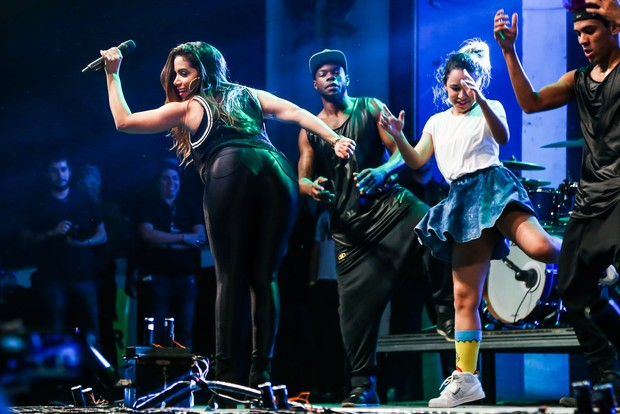 Anitta dança no palco com amiga (Foto: Manuela Scarpa / Foto Rio News)