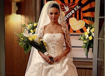 Suelen aposenta look periguete e sobe ao altar com vestido de noiva tradicional