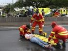 Mãe e filho são atropelados por moto na BR-101, em Cariacica, ES